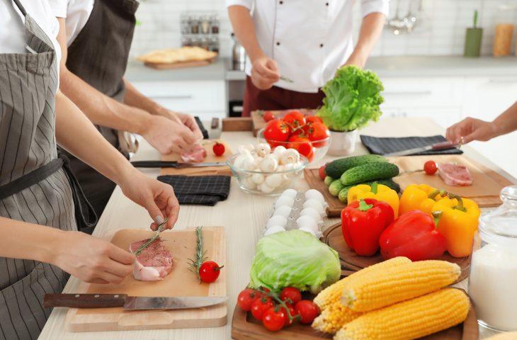 personnes en train de cuisiner